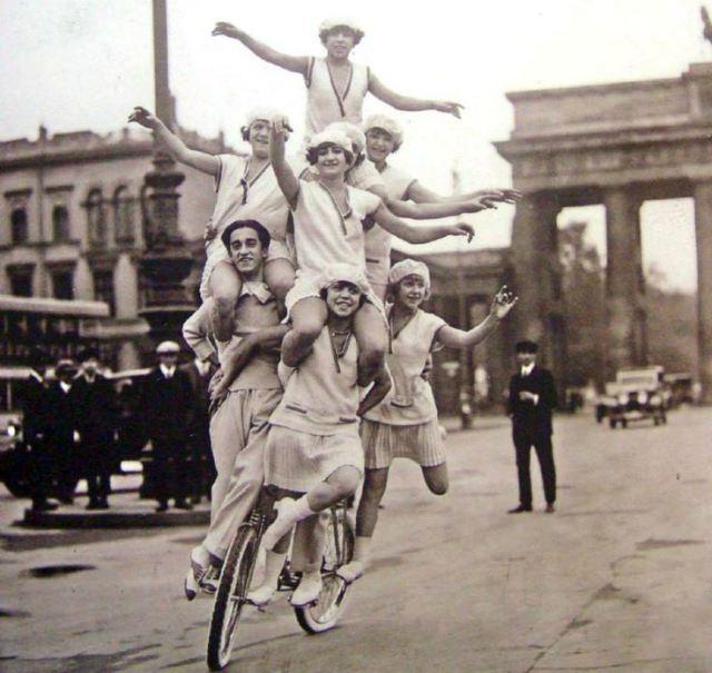 cicliste-equilibriste-su-bici-a-berlino-circus-biker-in-berlin-1923-vintage