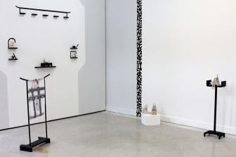 Raquel Algaba Tsumego, 2018 Instalación. Medidas variables. Barro cerámico esmaltado, madera, serigrafía sobre textil. Seleccionada Impulsartejpg